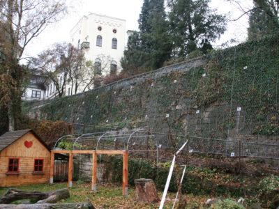 Pohled na zasanovanou opěrnou zeď