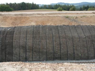 Sanovaný skalní zářez ocelovými sítěmi a georohoží