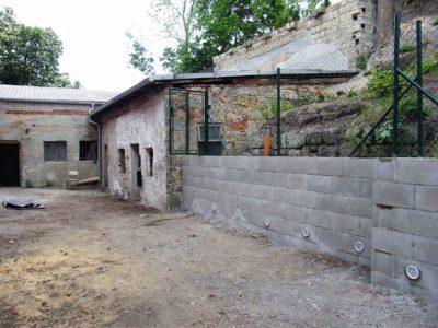 Stavba opěrné zdi a montáž oplocení