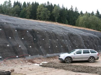 Pohled na zajištěný skalní masiv ocelovými sítěmi a georohoží 02