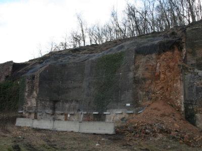 Kotvené ocelové sítě zatížené na spodním horizontu, betonová zídka - pravá strana