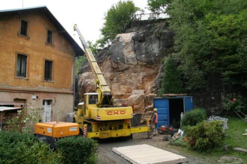 Instalace betonových panelů před sanovaný skalní masiv