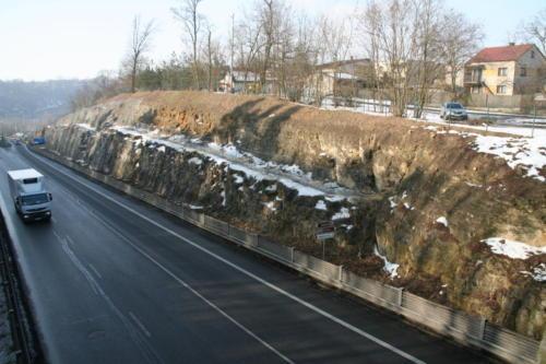 Pohled na zasanovaný skalní zářez
