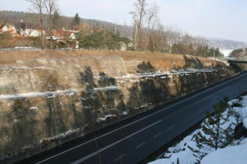 Pohled na zasanovaný skalní zářez detail
