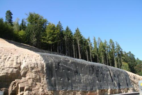 Pohled na zajištěný skalní masiv ocelovými sítěmi a georohoží