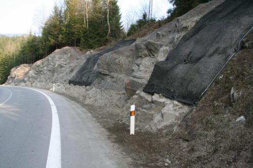 Sanovaný skalní masiv ocelovou sítí a georohoží